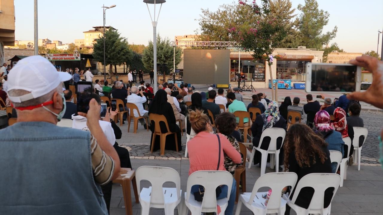Tekbir ve salavatlar getirerek güneşin doğmasını bekleyen vatandaşlar, güneşin doğmasıyla saat 06.19`da gerçekleşen ve 5 dakika süren hadiseyi ilçe meydanında kurulan dev ekrandan takip etti.