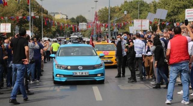 Taksiciler ve servisçiler İBB yönetimini protesto etti