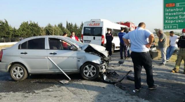 İstanbulda otomobil ile minibüs çarpıştı: 7 yaralı