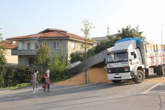 Sakaryada mısır yüklü kamyon evin bahçesine girdi: 1 yaralı