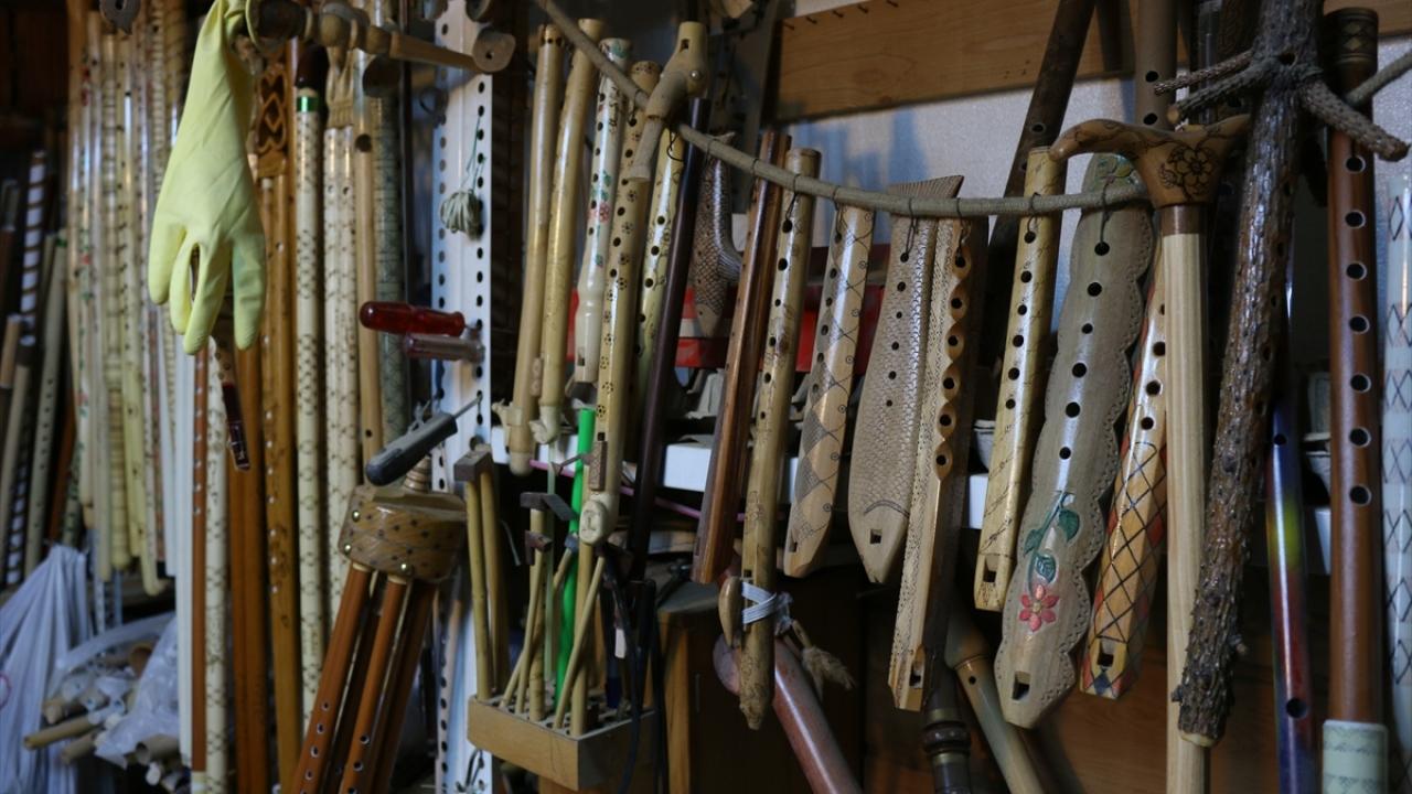 Atölyesinde 1500`ün üzerinde enstrüman bulunan Hoti, aralarından birini ise diğerlerinden ayrı tutuyor.