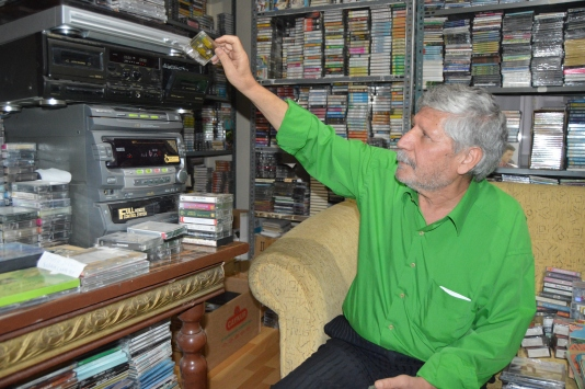 Yılların müzik yapımcısı şimdilerde koleksiyonerlere kaset topluyor