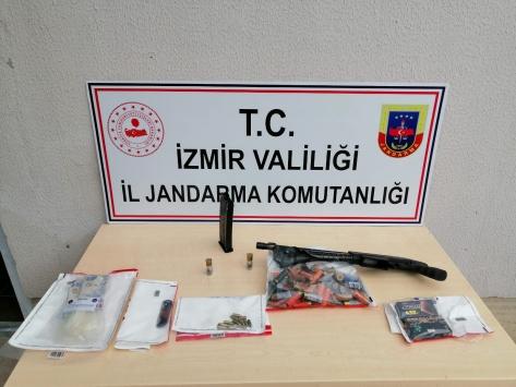 İzmirde emekli öğretmeni öldürdüğü iddiasıyla 2 kişi gözaltına alındı