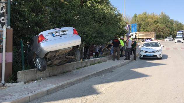 Edirnede kaza yapan otomobil bahçe duvarında asılı kaldı