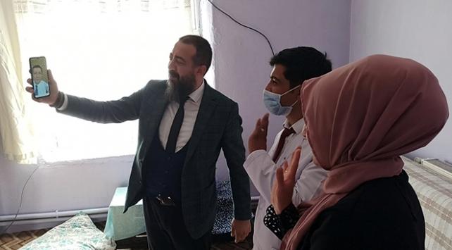 Bakan Selçuk, Ağrıdaki köy öğretmenleriyle telefonda görüntülü görüştü