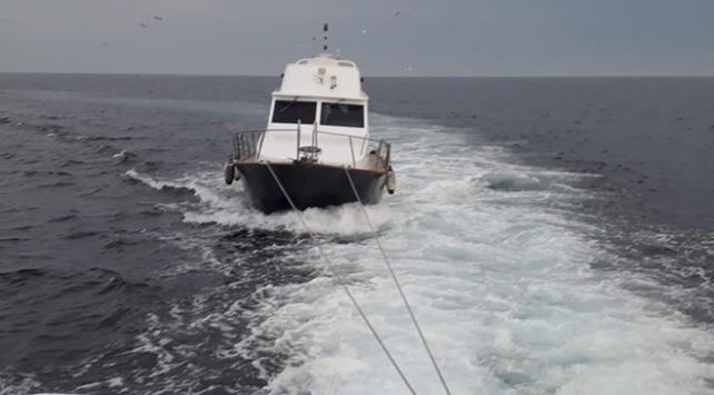 İstanbulda arıza yaparak sürüklenen tekne kurtarıldı