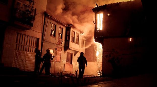 Bursada 2 metruk bina tamamen yandı