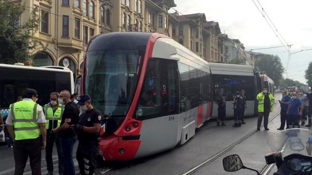 Fatihte tramvay ile servis aracı çarpıştı