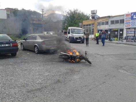 Polisin ceza yazmaya çalıştığı sürücü motosikletini yakarak kaçtı