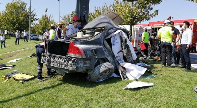 İstanbulda feci kaza: Otomobilde sıkışan sürücü öldü
