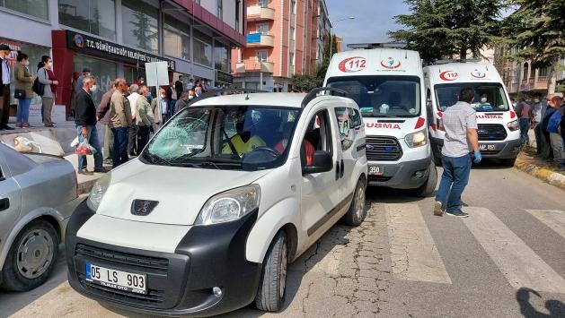 Amasyada hafif ticari araç yayalara çarptı: 3 yaralı