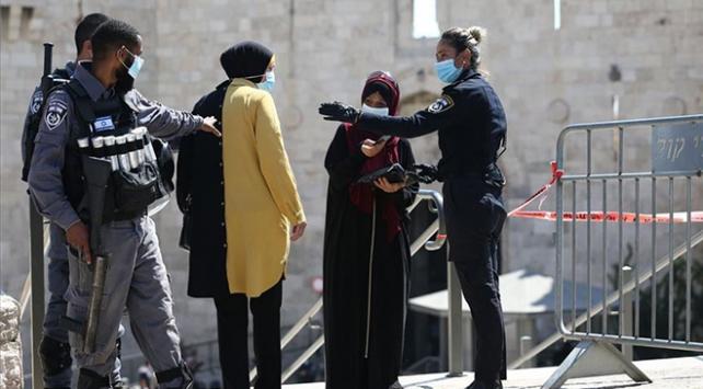 İsrail polisi, Filistinlilerin Mescid-i Aksaya ulaşmalarını engelledi