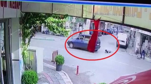 3 yaşındaki çocuk seyir halindeki otomobilden düştü