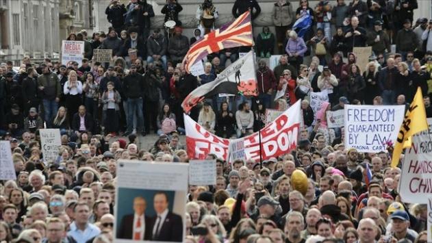 İngilterede COVID-19 önlemleri karşıtı grup protesto düzenledi