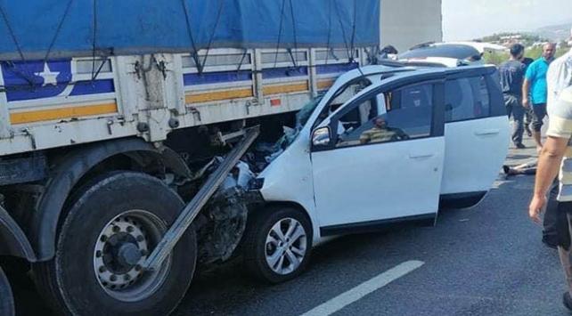 Gaziantepte hafif ticari araç tıra çarptı: 3 ölü, 2 yaralı
