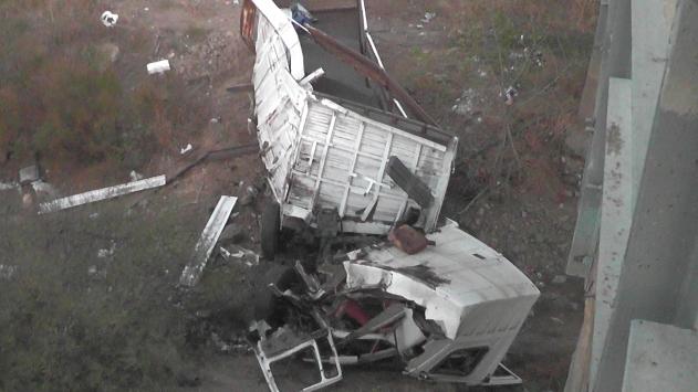 İzmirde tır köprüden düştü: 3 yaralı