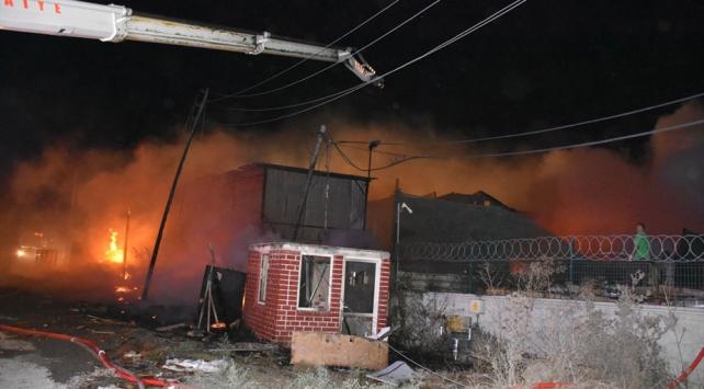 Kocaelide fabrika yangını 3 saatlik çalışmayla söndürüldü