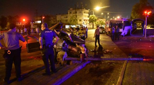 Adanada otomobil ile midibüs çarpıştı: 2 ölü, 4 yaralı