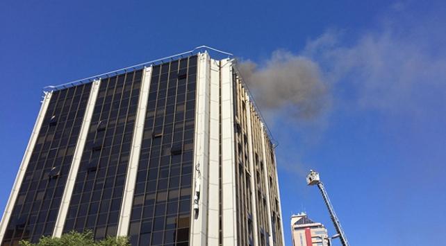 Beşiktaşta iş merkezinin çatısında yangın