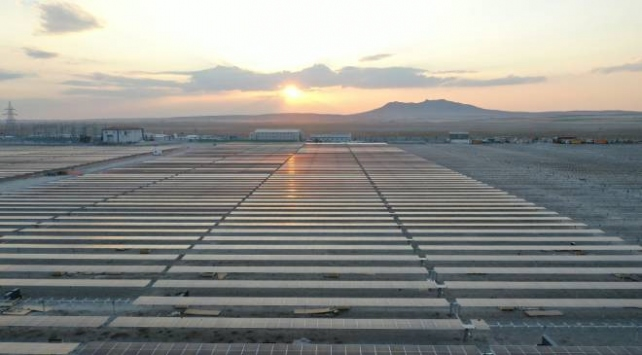 Dünyanın en büyük güneş enerji santrali elektrik üretimine başladı