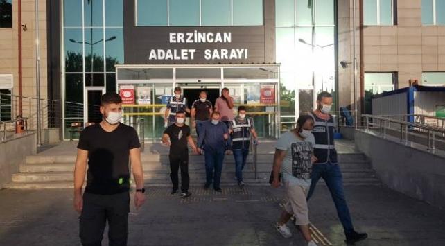 Erzincanda otomobilde 2si bagajda 8 sığınmacı yakalandı