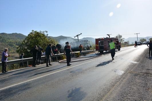 Kastamonuda devrildikten sonra alev alan kamyonda sıkışan kişiyi itfaiye kurtardı