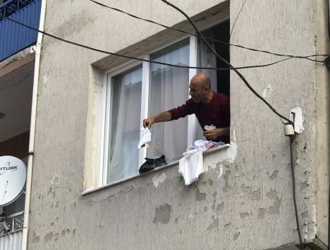 İzmirde yaktığı kıyafetleri ve eşyalarını pencereden atan kişi gözaltına alındı