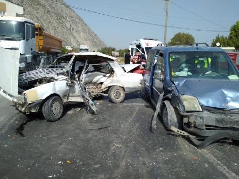 Manisada hafif ticari araçla otomobil çarpıştı: 1 ölü, 3 yaralı