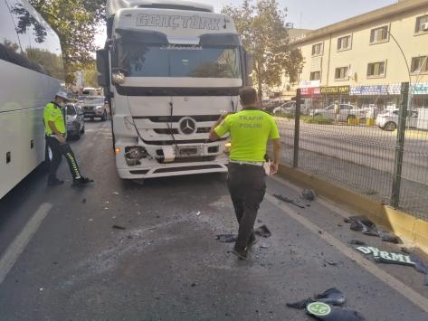 Kocaelide tırın çarptığı minibüsteki 4 kişi yaralandı
