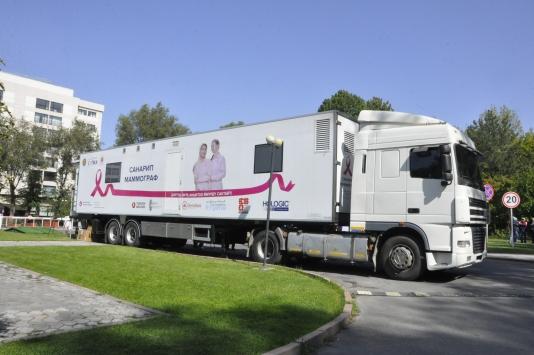 Büyükelçi eşinin öncülüğünde Kırgız kadınlara mamografi cihazı desteği