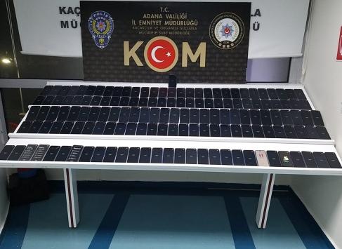 Adanada otomobilin motor bölümüne gizlenmiş 146 kaçak cep telefonu ele geçirildi