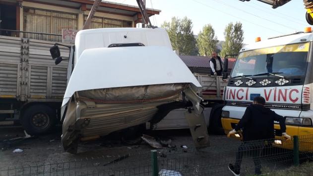 Erzurumda 2 tırın karıştığı trafik kazası güvenlik kamerasında