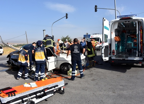 Kırıkkalede iki otomobil çarpıştı: 6 yaralı