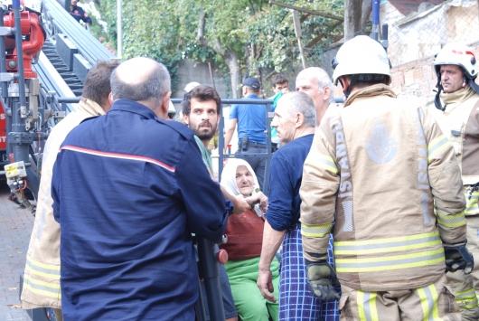 Üsküdarda bir binada çıkan yangında 3 kişi dumandan etkilendi