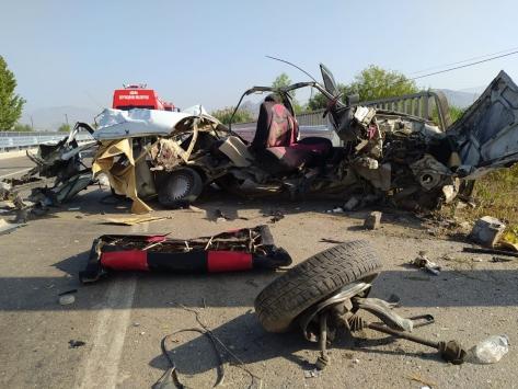 Adanada korkuluklara çarpan otomobilin sürücüsü yaralandı