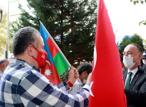 Kırıkkalede esnafa Azerbaycana destek için bayrak dağıtıldı