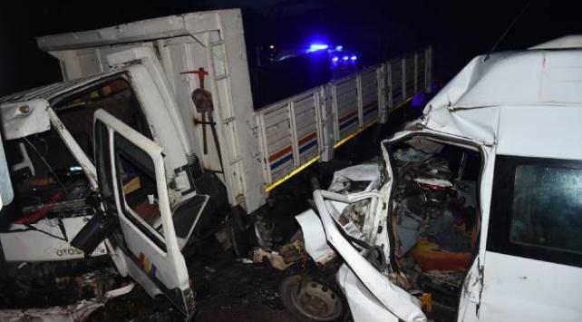 Bartında kamyon ile minibüs çarpıştı: 15 yaralı