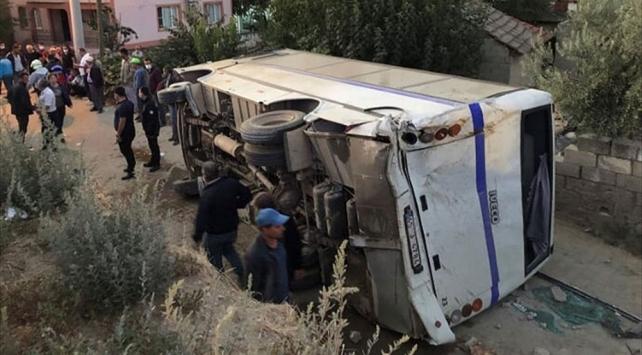Manisada tarım işçilerini taşıyan minibüs kaza yaptı: 26 yaralı