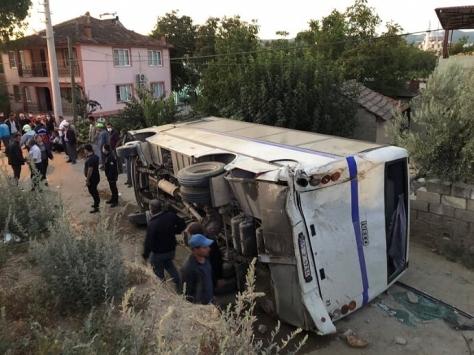 Manisada tarım işçilerini taşıyan minibüsle kamyon çarpıştı: 26 yaralı