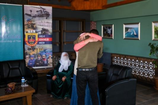 Vanda ikna çalışmaları sonucu teslim olan PKKlı terörist ailesiyle buluşturuldu
