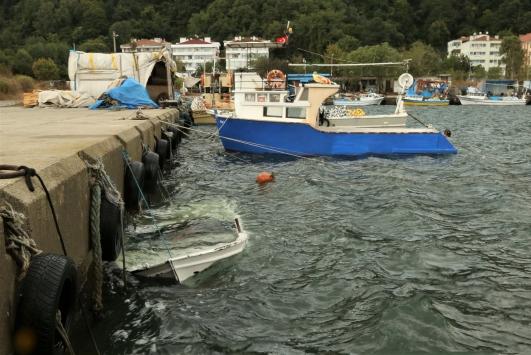 Karadenizdeki şiddetli rüzgar Kastamonulu balıkçılara zor anlar yaşattı