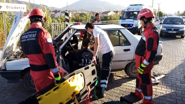 Fethiyede minibüsle otomobil çarpıştı: 2 yaralı