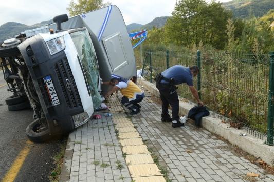 Kastamonuda kamyonetin devrilmesi sonucu 3 kişi yaralandı