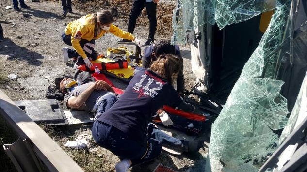 Arnavutköyde devrilen hafriyat kamyonunun sürücüsü yaralandı