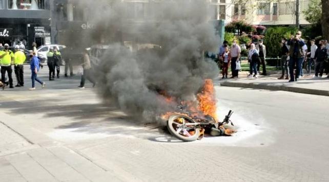 Polise yakalanan ehliyetsiz sürücü motosikletini ateşe verdi