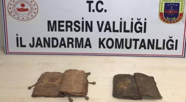 Mersinde tarihi 2 kitap ele geçirildi
