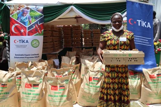 TİKAdan Kenyalı kadın çiftçilere civciv ve yem desteği