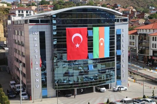 Kastamonuda belediye binasına Türk ve Azerbaycan bayrakları asıldı