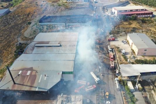 Hatayda pelet fabrikasında çıkan yangına müdahale ediliyor