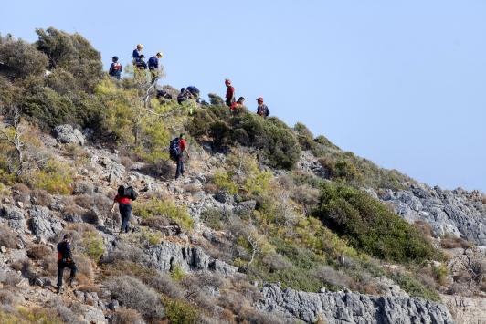 Mersinde deniz kenarındaki kayalıklarda mahsur kalan 4 kişi kurtarıldı